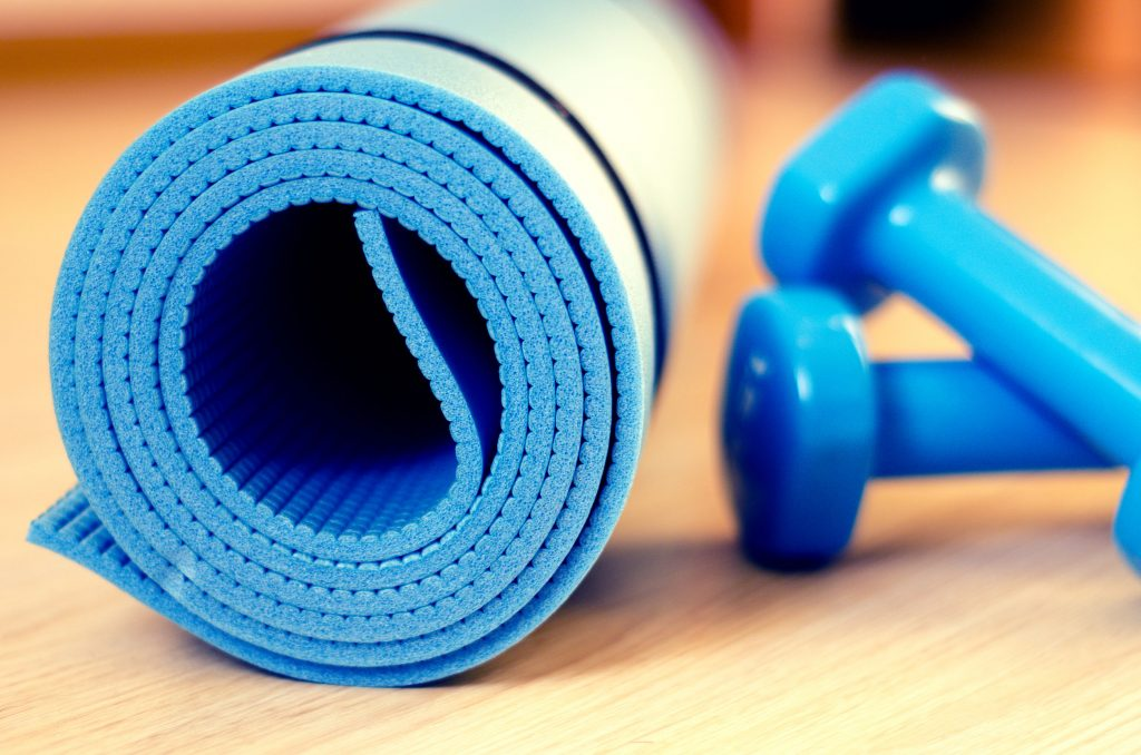 40448579 - mats for fitness classes and dumbbells